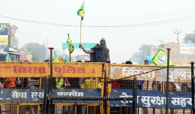 Bharti Kisan Union (Ugrahan) activists being stopped from entering Haryana at the Doomwali barrier between Bathinda and Sirsa districts on Wednesday.(Sanjeev Kumar/HT)