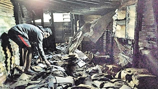 A fire at Lohiyanagar slum in Pune caused a LPG cylinder blast and destroyed five-six huts, on Monday night.(HT PHOTO)