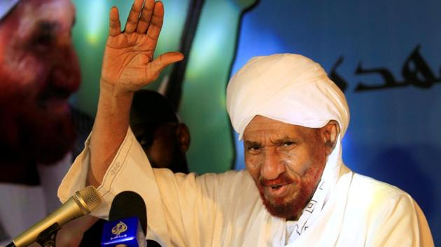 FILE PHOTO: Sudanese leading opposition figure Sadiq al-Mahdi addresses his supporters after he returned from nearly a year in self-imposed exile in Khartoum, Sudan, December 19, 2018. REUTERS/Mohamed Nureldin Abdallah/File Photo