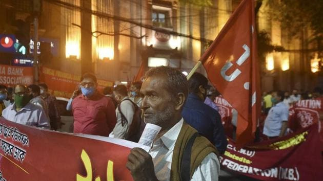Members of various bank employee unions in Kolkata participate in a rally to support 'Bharat Bandh' on November 26.(PTI)