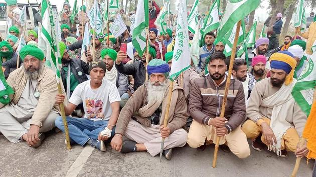 Farmers stage a protest against the farm reform bills, in Hisar district.(PTI)