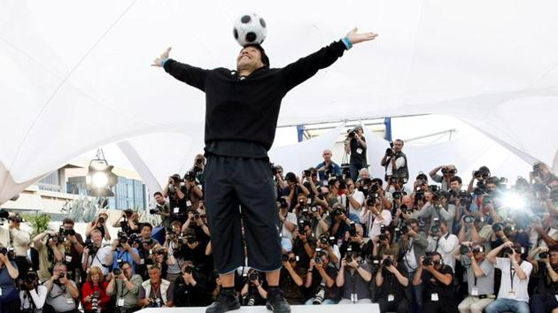 """Former soccer star Diego Maradona balances a ball on his head during a photocall for """"Maradona by Kusturica"""" by Serbian director Emir Kusturica at the 61st Cannes Film Festival May 20, 2008.(REUTERS)"""