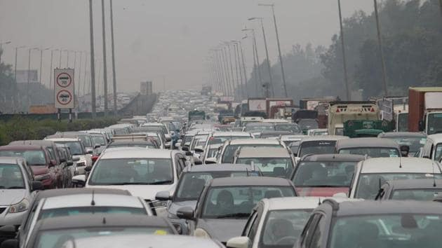 Commuters travelling from Delhi to Gurugram on Wednesday also said that they faced a long wait to enter the city(Rahul Grover/Hindustan Times)