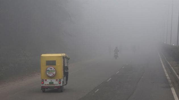 Opaque, chilly smog has blanketed northern India as just-about-freezing temperatures collided with hazardous levels of air pollution in Lucknow.(AP file photo)