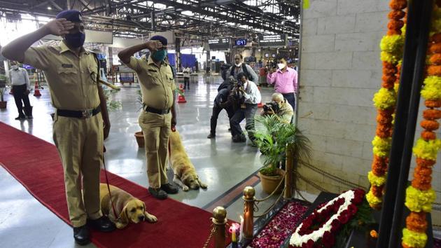RPF personnel and Police Dogs pays tributes at the 26/11 Memorial at Chhatrapati Shivaji Maharaj Terminus.(Anshuman Poyrekar/HT Photo)
