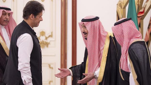 King Salman bin Abdulaziz (C) of Saudi Arabia with Pakistani Prime Minister Imran Khan (L) at the opening session of a summit of the 57-member Organization of Islamic Cooperation in the Saudi holy city of Mecca on June 1, 2019.(AFP file)