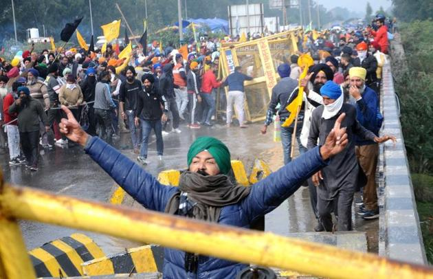 Several farmers from Punjab, who braved water cannons and tear gas before breaking through barricades put up by Haryana Police on the state's border, reached Panipat late on Thursday night.(Bharat Bhushan/HT)