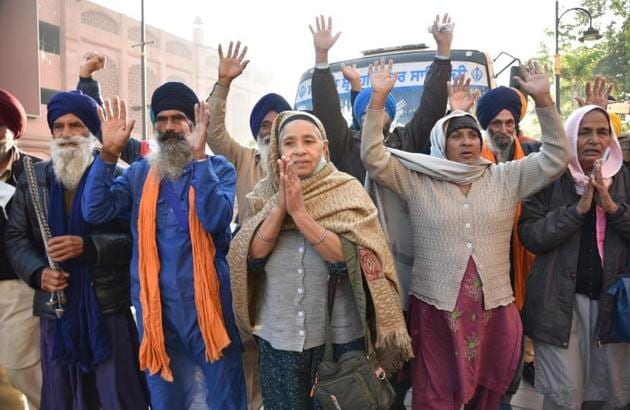 Members of the Sikh jatha in Amritsar on Friday before leaving for Nankana Sahib in Pakistan.(Sameer Sehgal/HT)