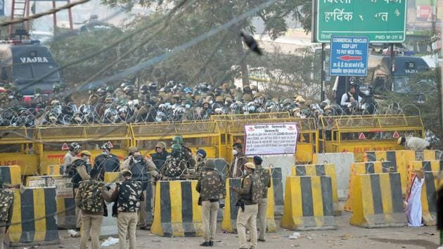 Delhi police deployed in large numbers to stop farmers coming to Delhi during their Dilli Chalo protest, at Singhu border in New Delhi on November 27.(PTI)