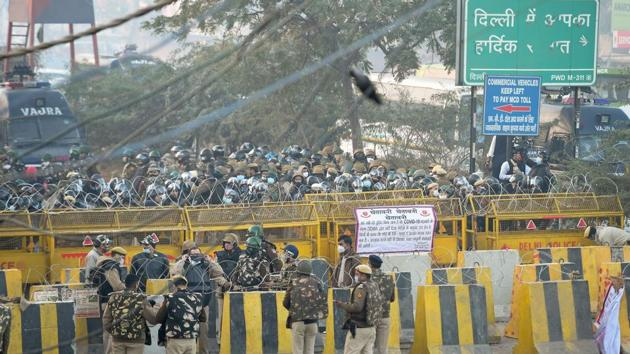 Delhi police deployed in large numbers to stop farmers coming to Delhi during their 'Delhi Chalo' protest against the Kisan Bill, at Singhu border in New Delhi.(PTI Photo)