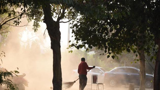 According to the Central Pollution Control Board's (CPCB) 4 pm bulletin, the average AQI stood at 302 compared to 413 on Wednesday and 379 on Tuesday.(Arvind Yadav/HT PHOTO)