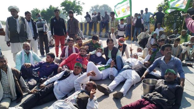 Farmers block Yamuna Expressway during their 'Delhi Chalo' protest march against the new farm laws, in Mathura.(PTI)