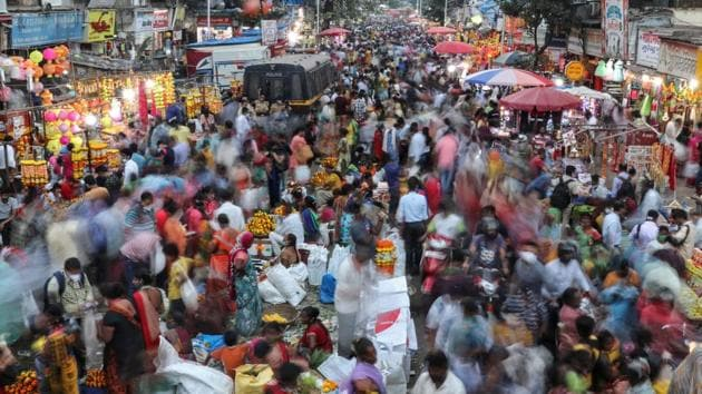 People throng a market to shop on the eve of Diwali, amidst the spread of Covid-19 in Mumbai. For its part, the government expanded fiscal stimulus to 15% of the economy, with most measures related to credit guarantee programs.(REUTERS)