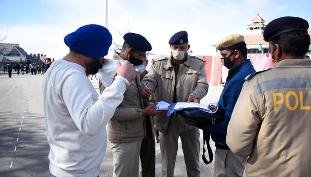 Shimla district police personnel challaning tourists for not wearing masks in public places.(HT File Photo)