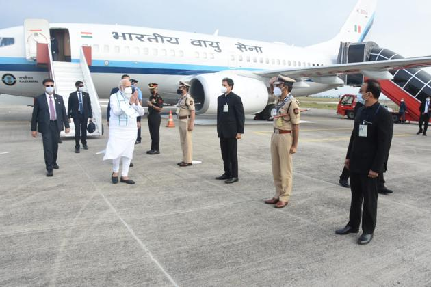 Government officials welcome PM Narendra Modi at the Lohegaon airport on Saturday. Modi landed at SII's Hadapsar campus at 4:45 pm via a special helicopter.(HT PHOTO)