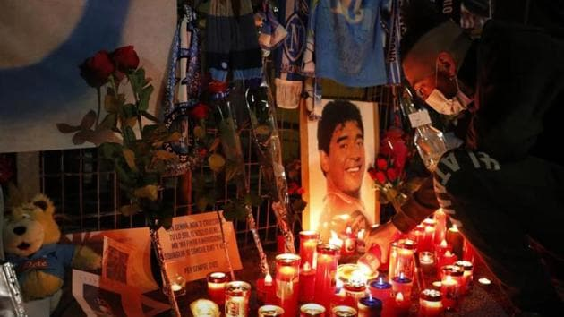 People mourn the death of Argentine soccer legend Diego Maradona.(Reuters)