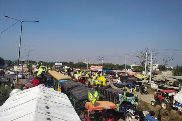 Activists of the Bharatiya Kisan Union (Ugrahan) lining up their tractor-trailers in Bahadurgarh town on the highway to Delhi on Saturday.(HT Photo)