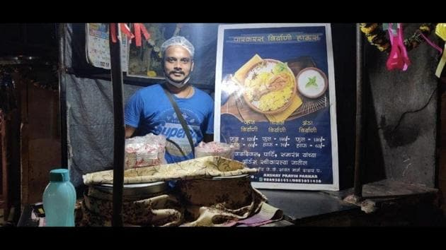 The image shows Akshay Parka standing in front of his stall.(Facebook/@Beingmalwani)