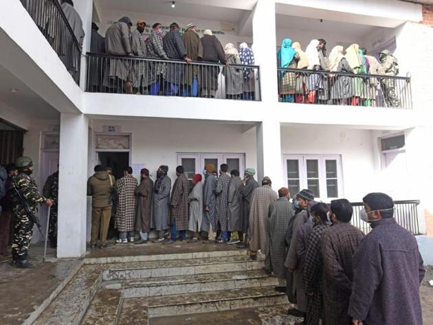 Voters waiting for their turn to exercise their franchise during the first phase of the District Development Council elections at Gund in Ganderbal on Saturday.(Waseem Andrabi/HT)
