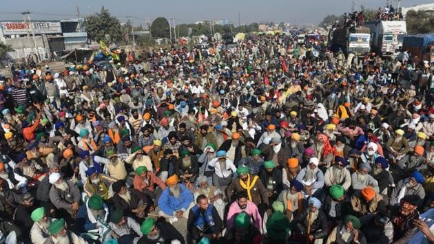 Protesting farmers at the Singhu Border near New Delhi on November 28. The standoff, entering its third day, continued on November 28 at Delhi's border when instead of occupying the ground, thousands of farmers, reluctant of the police offer, remained camped around the national capital. (Vipin Kumar / HT Photo)