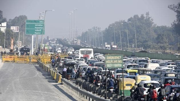 The officer said motorists could still enter Haryana through the Rajokri, Mahipalpur and Auchandi borders route or the Eastern Express Peripheral Highway towards Kundli.(HT Photo)