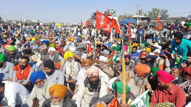 Farmers protesting at the Singhu border between Haryana and Delhi on Sunday.(Neeraj/HT Photo)