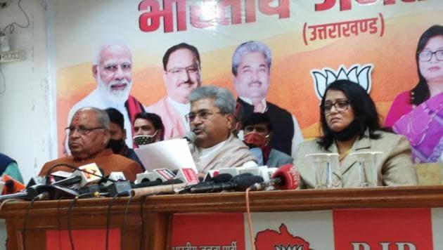 BJP national general secretary and Uttarakhand unit in-charge Dushyant Kumar Gautam (centre) at a press conference in Dehradun on Sunday.(Kalyan Das/HT PHOTO)