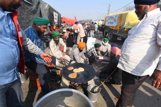 Farmers preparing meals for themselves and co-protesters during farm reform law protests at Singhu Delhi-Haryana Border, in New Delhi, India, on Sunday.(Raj K Raj/HT PHOTO)