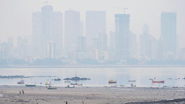 While air quality index (AQI) improved on Saturday, there was a thin layer of smog and cloud cover over Mumbai.(PPratik Chorge/Hindustan Times)