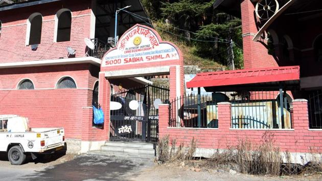 The crematorium at Kanlog near Shimla that is struggling to cope with double the number of bodies being brought for the last rites as Covid-19 fatalities has seen a rise in the state capital.(Deepak Sansta/HT)