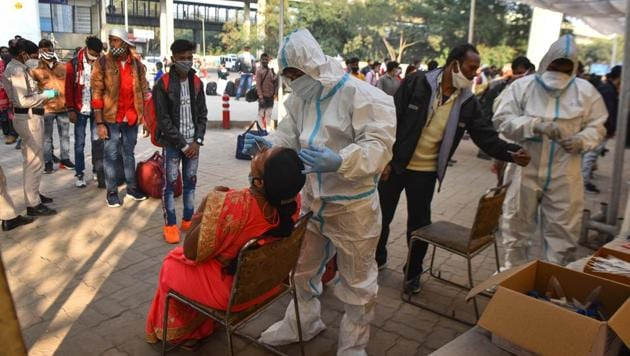 New Delhi, India - Nov. 29, 2020: A health worker collects a swab sample from a passenger to test for coronavirus infection, at Anand Vihar in New Delhi, India, on Sunday, November 29, 2020. (Photo by Sanchit Khanna/ Hindustan Times)(Sanchit Khanna/HT PHOTO)
