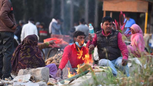 People warm themselves near a bonfire on a cold winter evening near the banks of the river Yamuna in New Delhi on November 26. On November 23, Delhi recorded a minimum of 6.3 degrees Celsius -- its lowest minimum temperature in the month since November 2003, when the city recorded a minimum of 6.1 degrees Celsius, according to Kuldeep Srivastava, head at IMD's regional forecasting centre. (Raj K Raj / HT Photo)