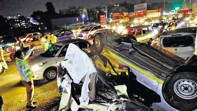 A speeding truck rammed into eight vehicles killing one and injuring eight others near Navale bridge on Katraj-Dehu road bypass in Pune.(RAHUL RAUT/HT)
