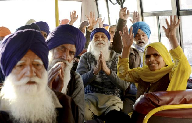 Members of 'Sikh Jatha' on their way to Pakistan to celebrate the 551st birth anniversary of Guru Nanak Dev, in Amritsar.(PTI)