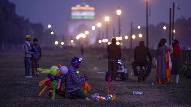 A toy vendor seen at India Gate on a cold winter evening in New Delhi on November 29. According to India Meteorological Department (IMD), Delhi recorded the coldest November this year since 1949, with a mean minimum temperature at 10.2 degrees Celsius and four cold waves. (Biplov Bhuyan / HT Photo)