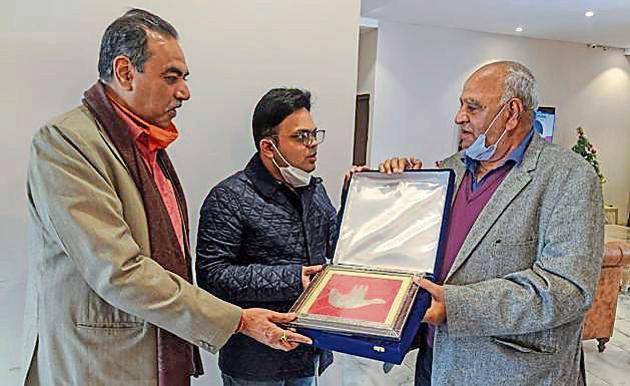 Former Ranji Trophy cricketer Subhash Mahajan (right) and UTCA chief Sanjay Tandon presenting a memento to BCCI secretary Jay Shah (centre) at Mahajan Cricket Ground.(HT PHOTO)