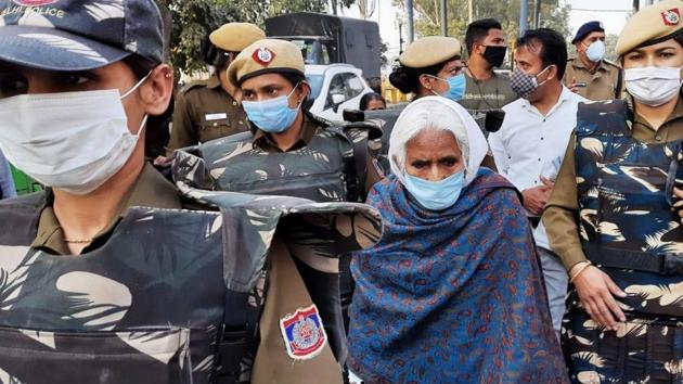Bilkis Dadi of Shaheen Bagh taken away by police as she arrives at Singhu Border to sit with protesting farmers against the farm laws.(HT photo/ Vipin Kumar)