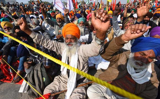 Thousands of farmers stayed put at various Delhi border points for the sixth consecutive day on Tuesday protesting against the new agri laws(Raj K Raj/HT PHOTO)