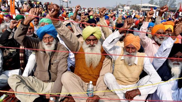 Farmers raise slogans at Singhu border during a protest against the farm laws in New Delhi.(ANI)