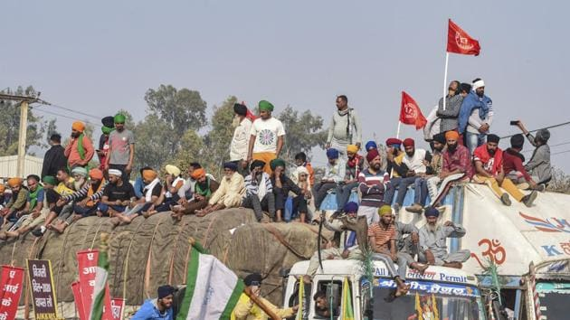 Farmers gather at the Singhu border during their Dilli Chalo protest, in New Delhi on Monday.(PTI)