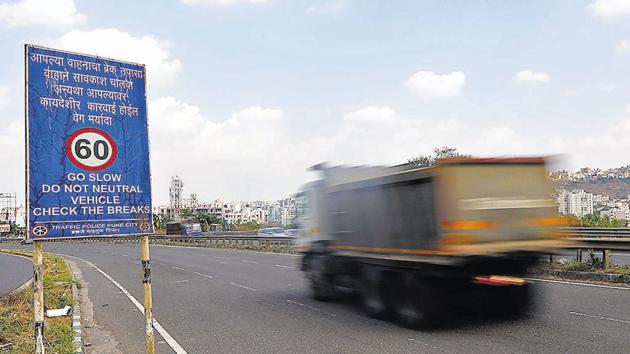 """A heavy vehicle speeding on the slope from """"dari pul"""" bridge area flouting notice board instruction appealing to drivers not to turn off engine or put on neutral gear, on Monday.(RAHUL RAUT/HT)"""