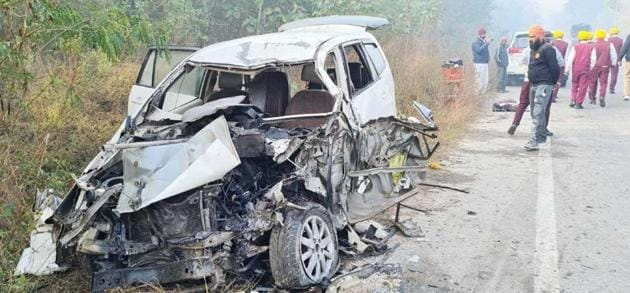 The mangled remains of the Toyota Innova that the pipe band was travelling in when it was hit by a speeding truck at Jalah Majra village in Machhiwara, Ludhiana. on Tuesday.(HT Photo)