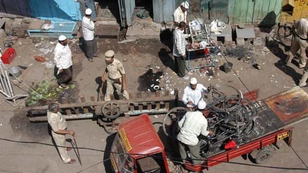 Local residents and police clear debris at the blast site in Malegaon, about 260 km northeast of Mumbai, on September 30, 2008.(File photo)