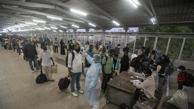 Migrants undergo thermal screened at Pune railway station. A data analysis based on the Covid-19 cases and various details uploaded on the Covid India portal shows that in the initial days when the migrants and refugees were returning to the city they had reported a higher positivity rate.(HT PHOTO)
