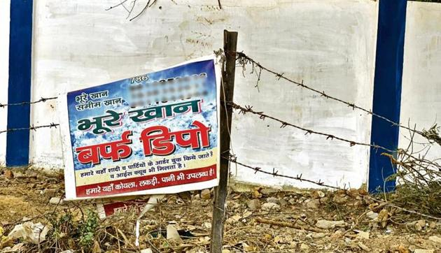 The plastic banner clings to the roadside fence. Bhure Khan Baraf Depot supplies ice in great quantity for wedding banquets—though any customer could also buy individual ice slabs directly from the stall, here on a pavement near Gurugram's Sector 14 market.(HT photo)