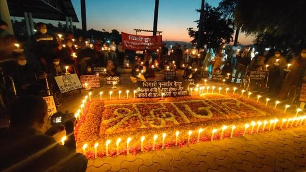 Residents of Bhopal pay tributes to those killed in the gas tragedy of 1984.(HT PHOTO)
