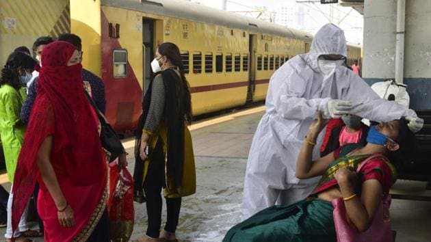 Traveller wait their turn to give swab samples for Covid-19 screening at Dadar Station on December 1. Despite such improvements in key statistics, the daily number of Covid-19 cases for Mumbai has risen to 1,000, from the range of 500 earlier this month before Diwali, HT reported. (Anshuman Poyrekar / HT Photo)
