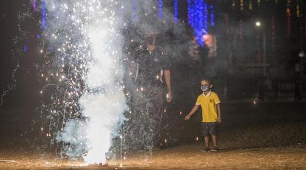 People burst firecrackers on Diwali at Shivaji Park, in Mumbai on November 14.(Pratik Chorge/HT file photo)