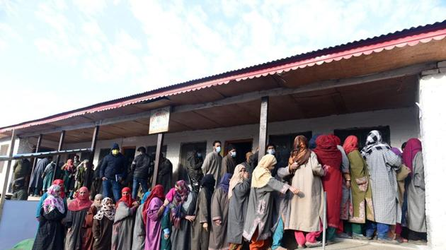Voters in a queue to cast their vote during the second phase of District Development Council (DDC) election in Kangar area of Ganderbal,.(Waseem Andrabi/ Hindustan Times)