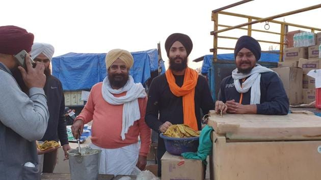 Satnam Singh, a student of Panjab University Institute of Open Learning, has been providing meals to the protesting farmers as well as cops at the Kundli border.(HT Photo)